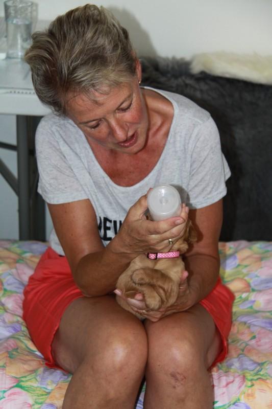 Irene mag een flesje geven, Babs had honger !!
